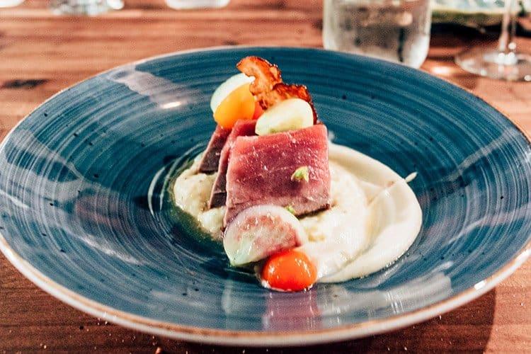 roher North Lake Blue Fin Tuna mit warmem und kaltem Blumenkohlpüree, Käsepolenta und einem kleinen Salat aus verschiedenen Tomaten
