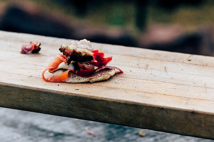 geräucherter Schweinebauch mit Limetten & Pfeffer Aioli, Kohl, Chili-Fenchel-Linsen-Creme auf einem hausgemachten Taco
