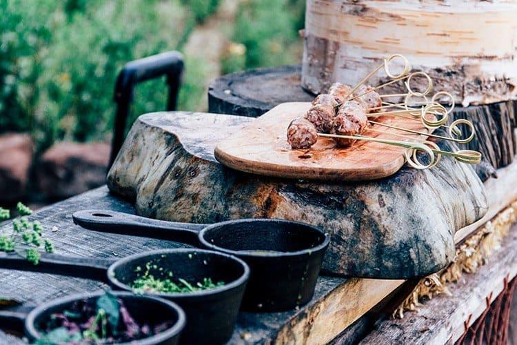Schwein-Apfel-Bratwürste mit Kräutern und Ahornsirup-Senf-Dip