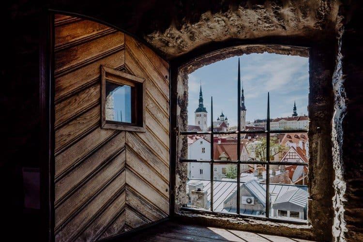 Blick von der Stadtmauer in Tallinn