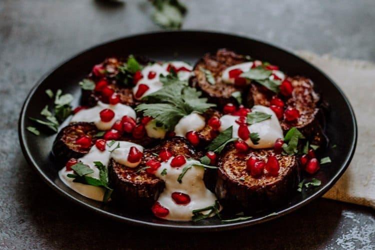 Auberginen mit Granatapfel und Tahini