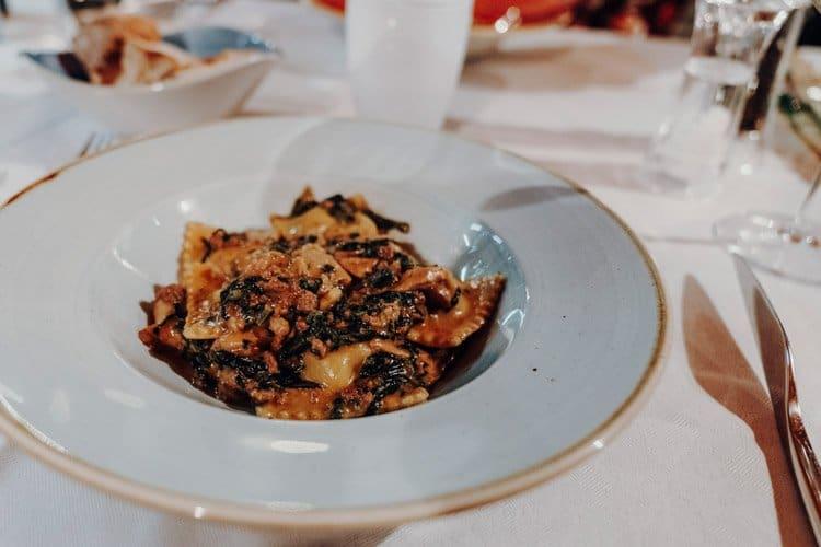 Ein Abendessen mit Seeblick im Grotto Mazzardit Restaurant
