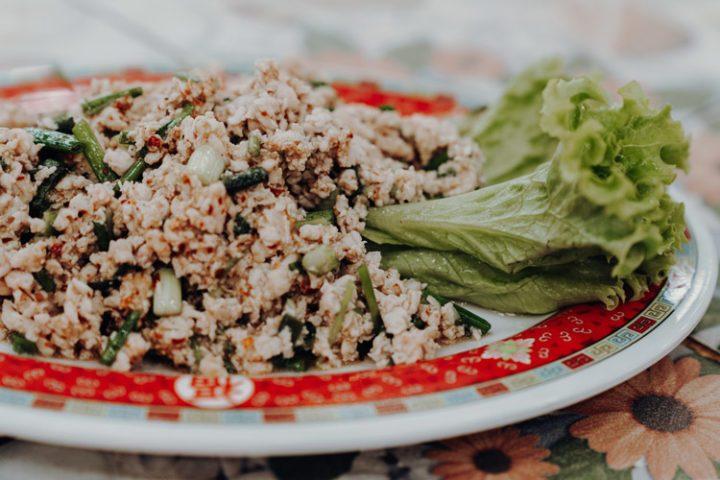 Essen in Thailand: Larb Moo – Thailändischer Schweinehackfleisch-Salat