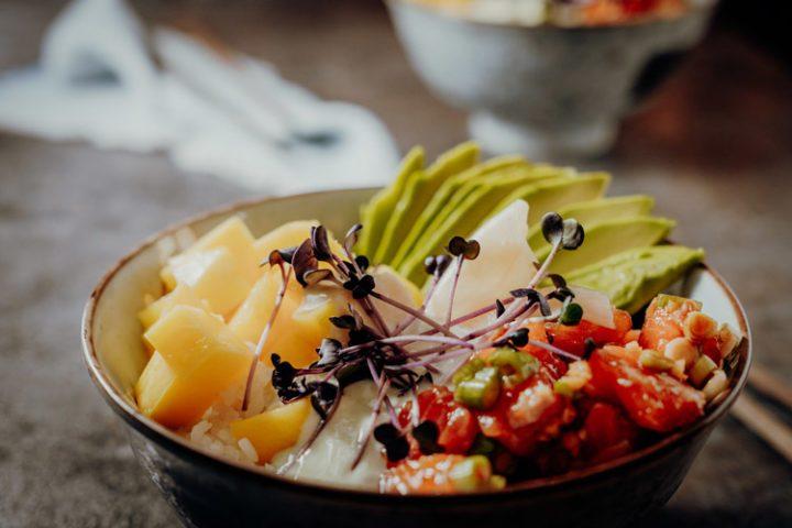 Poke Bowl mit Lachs & Mango aus Hawaii