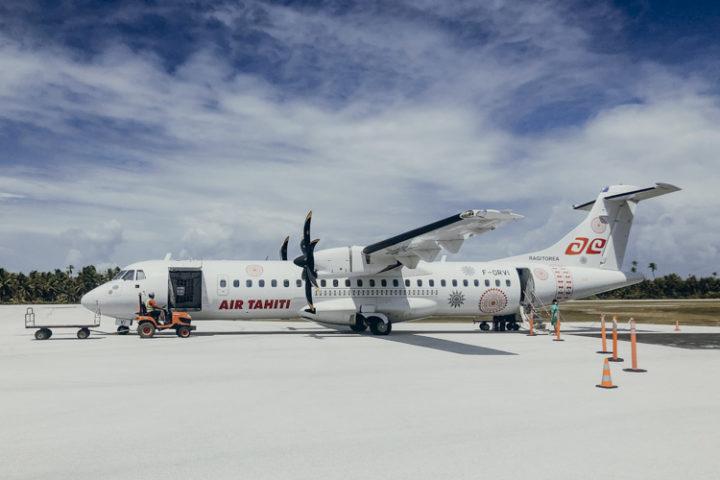 Flugzeug am Flughafen Tikehau, Tuamotu Inseln