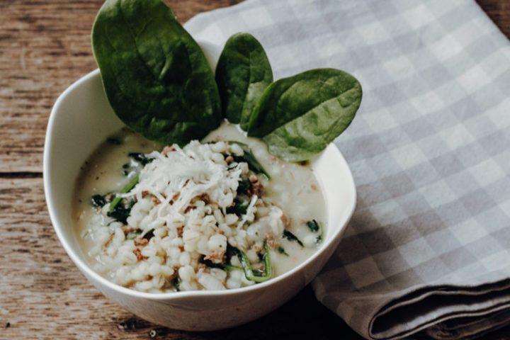 Die besten Risotto-Rezepte aus Italien – Perlgraupenrisotto mit Hackfleisch und Blattspinat