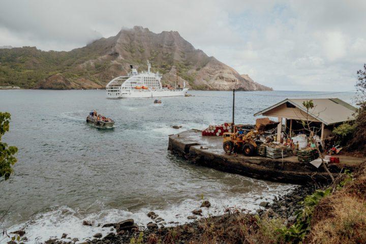Seemänner der Aranui beim Entladen der Waren in Puamau