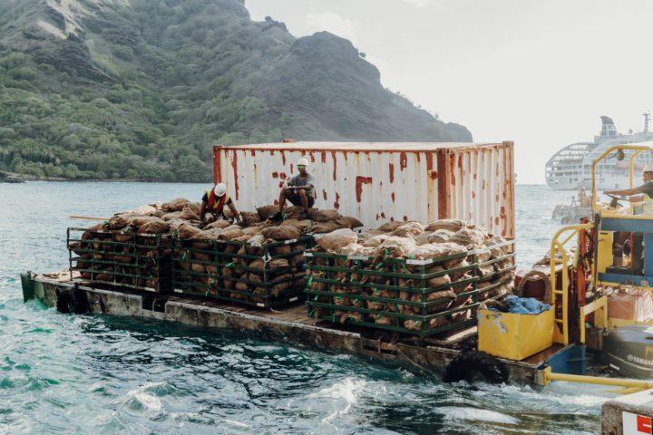 Seemänner der Aranui entladen Waren auf Tahuata