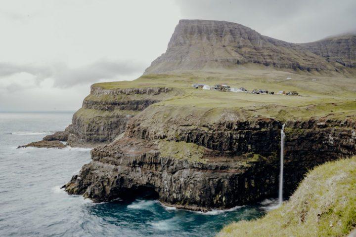 Die schönsten Orte auf den Färöer Inseln – Der Mulafossur Wasserfall