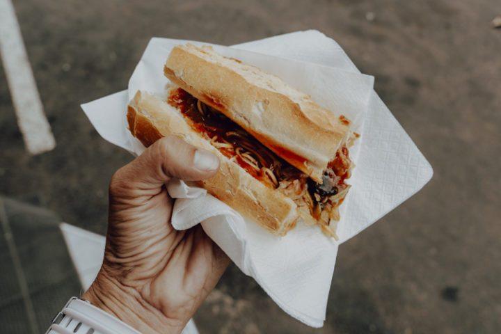 Polynesische Spezialitäten: Casse-croûte Chao Men – französisches Baguette