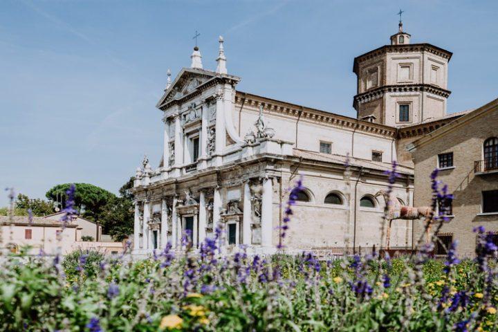 Ravenna ist darüber hinaus weltweit als Stadt der Mosaike bekannt, denn die frühchristlichen Bauten Ravennas, wie das Mausoleum der Galla Placidia, die Basilika von San Vitale oder die Basilika Sant'Apollinare in Classe sind mit kostenbaren und einzigartigen Mosaiken bestückt. Schon in Gedichten von Oscar Wilde, Lord Bryon und Herman Hesse hat die zauberhafte Stadt einst einen Platz gefunden. Dante Alighieri diente sie vor seinem Tod als Zufluchtsort. Heute zeigt sich die Stadt facettenreich und mondän. All meine Tipps für eine Städtereise nach Ravenna findest Du im folgenden Artikel: