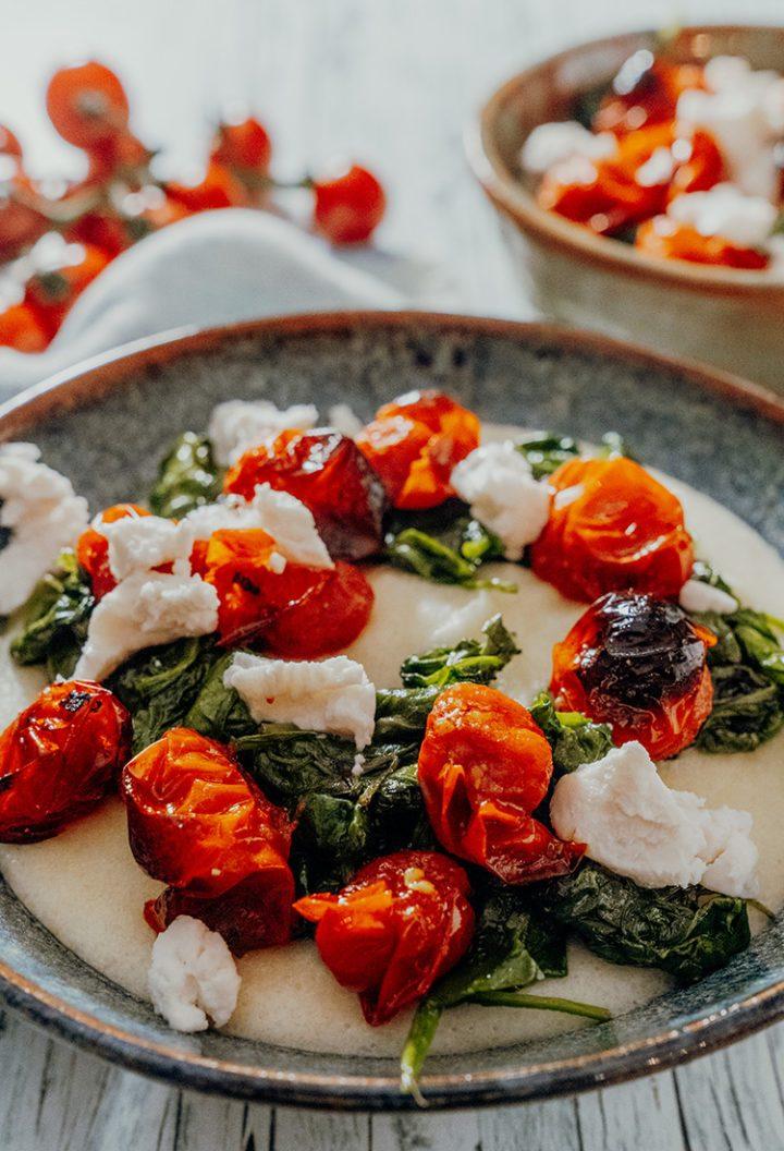 Cremige Polenta mit gegrillten Tomaten und Ziegenkäse