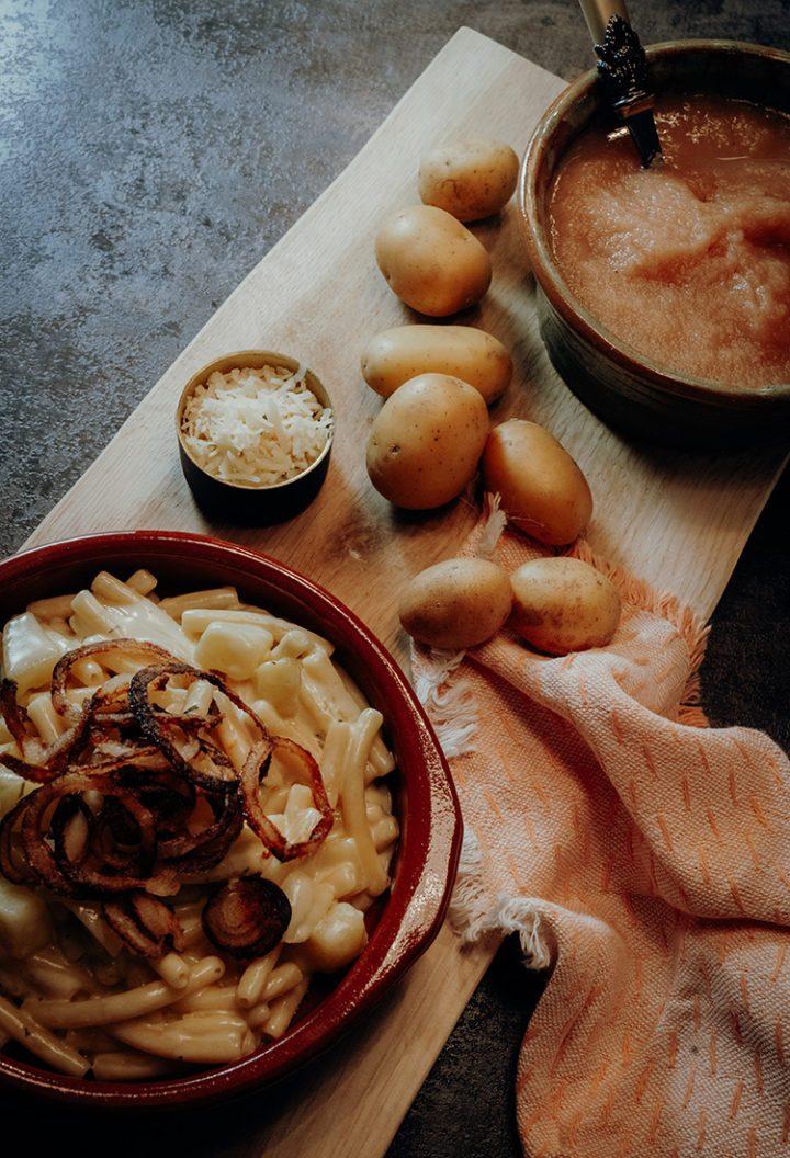 Rezept für Schweizer Älplermagronen mit Röstzwiebeln und Apfelmus