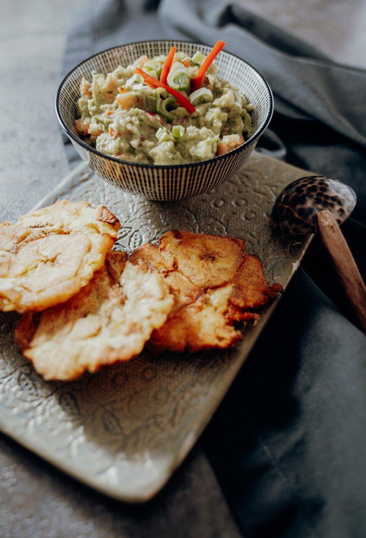 Patacones Rezept aus Kolumbien – goldbraun frittierte Kochbananen mit Guacamole Dip nach einem kolumbianischen Originalrezept.