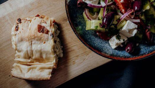 Tiropita – griechische Fetapastete mit Bauernsalat