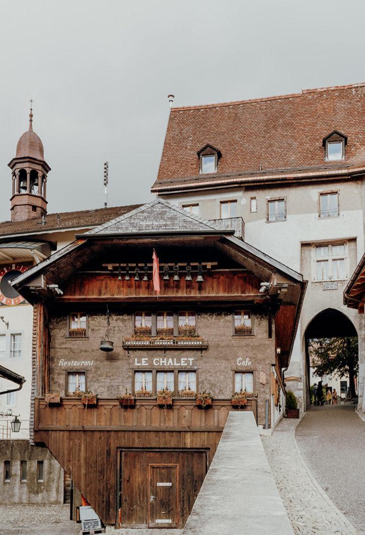 Mache einen Spaziergang durch das bezaubernde mittelalterliche Städtchen Gruyères