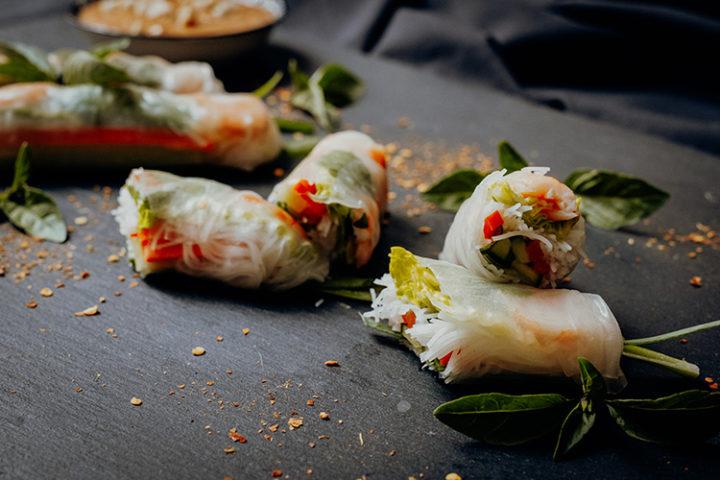Vietnamesische Sommerrollen mit Erdnuss-Sauce