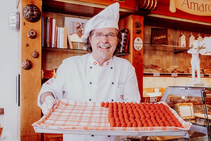 Koste die original Bündner Pfirsichsteine in Bühler's Zuckerbäckerei