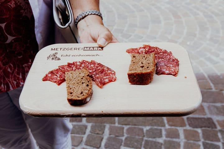 Koste die Salsiz in der Metzgerei Mark in Chur