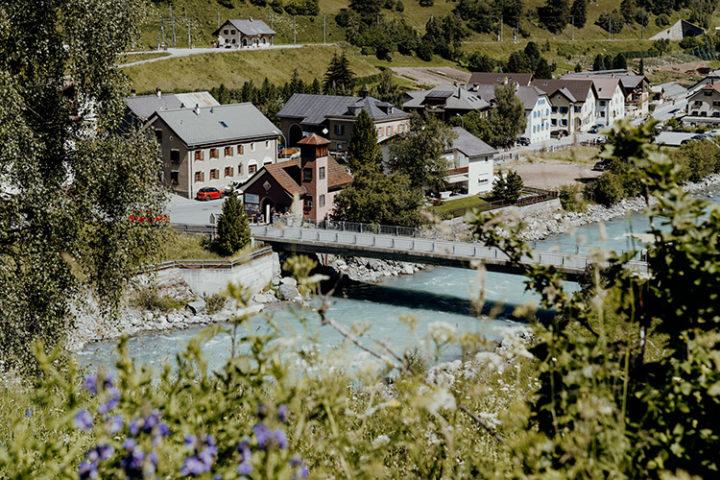 Besuche Susch, das Dorf am Fusse des Flüelapasses
