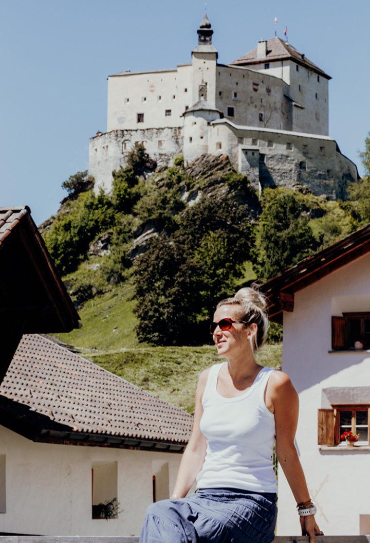 Mache eine Führung durch das Schloss Tarasp