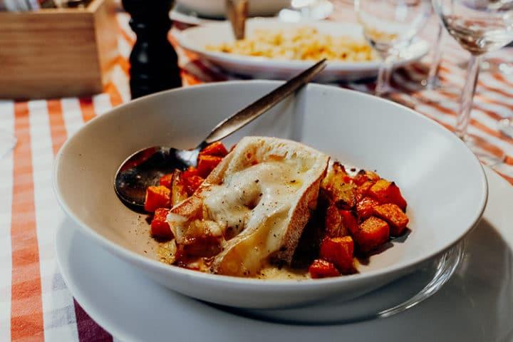 regionale und saisonale Gerichte im Chalet Schild auf der Rigi