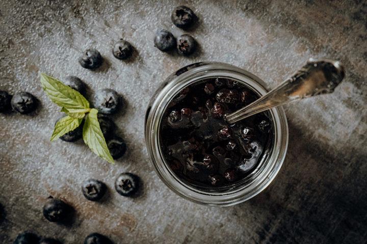 Kanadische Buttermilch-Pfannkuchen mit Blaubeersauce