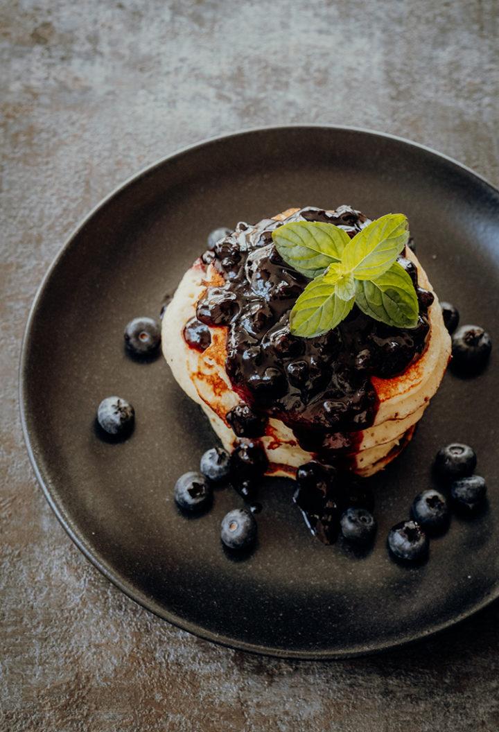 Kanadisches Frühstück – Rezept für Buttermilk Pancakes mit Blaubeersauce