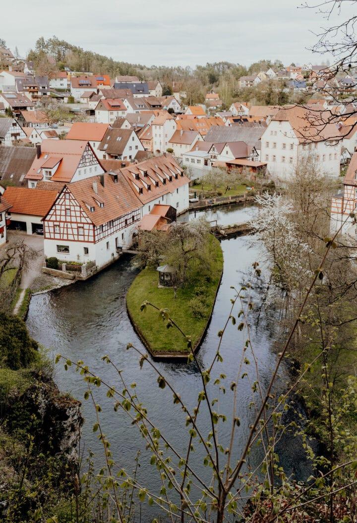 Malerische Ausblick auf Velden mit seinem Kirchturm und der historischen Altstadt